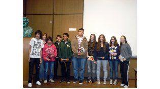 Los adolescentes premiados en el certamen literario organizado por la UNR.
