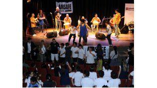 El grupo colombiano hizo vibrar la Lavardén y los chicos no dudaron en compartir el escenario. (Foto: S. Toriggino)