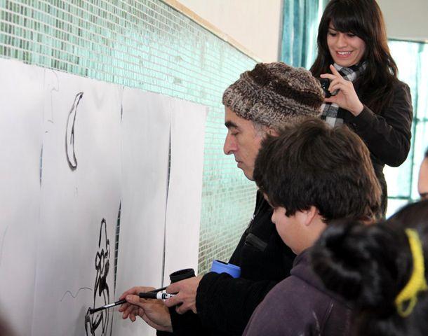 El dibujante Rep trabaja con alumnos de una escuela en el marco del Plan Nacional de Lectura.