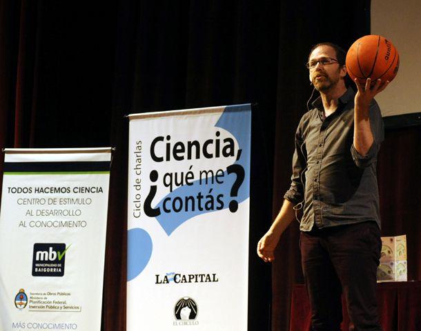 Diego Golombek hizo gala de su talento y expresividad en el escenario de El Círculo. (Foto: V. Benedetto)