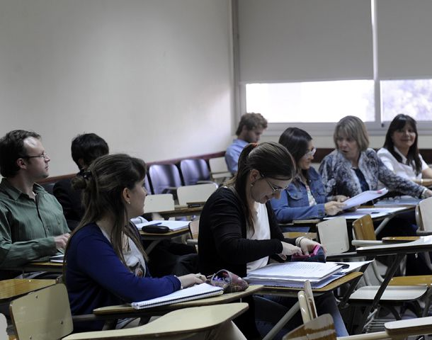 Regreso al aula. Los graduados retoman los estudios para profundizar la formación. (Foto: A. Amaya)