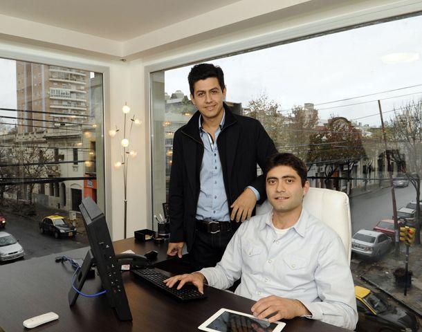 Nicolás Ruggiero (de pie) y Eduardo Gargevcich quieren capacitar a los profesores en el uso de programas novedosos. (Foto: C. Mutti Lovera)