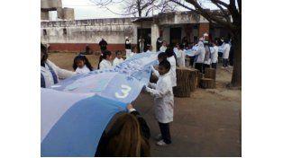 Más de 200 metros tiene la bandera que confeccionaron en la escuela.