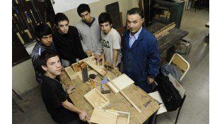 En acción. El profesor Horacio Montechesi junto a un grupo de alumnos muestran cómo se elaboran los juguetes.