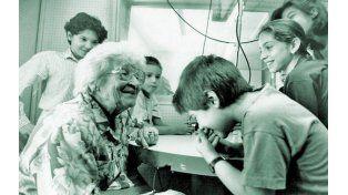 Confianza.  Rosita Ziperovich en una actitud que la distinguió como gran educadora: compartiendo un encuentro y escuchando a los chicos.