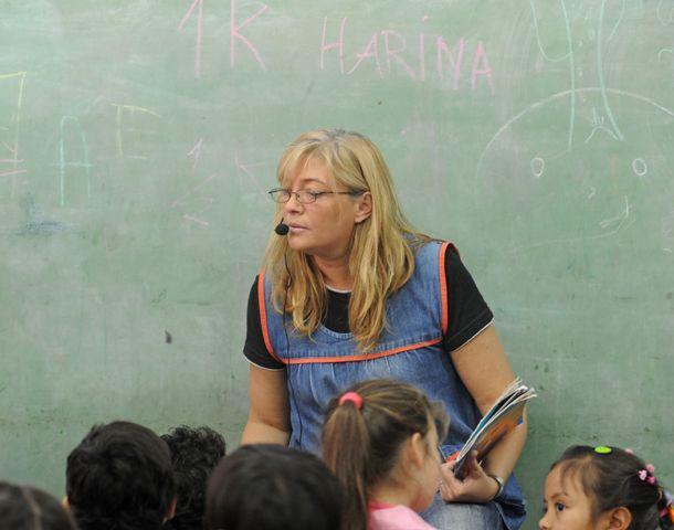 Alejandra Bustamante en plena tarea en la sala de 5 años
