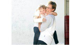 A puros besos.  Lorena Riedel con su hija Luisa. (Foto: M. Sarlo)