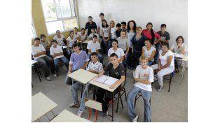 """Los chicos y chicas de 3º año de la Secundaria Nº 514 """"Madres de Plaza 25 de Mayo"""" y sus profesores. (Foto: H. Rio)"""