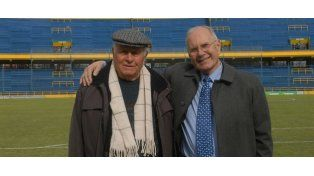 Ovide Menin junto al ex director técnico Angel Zof en la cancha de Arroyito.