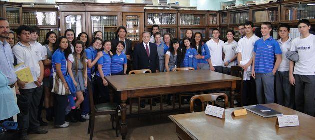 Un grupo de alumnos del Colegio San Francisco Solano junto a los ministros Daniel Erbetta y Mario Netri.