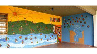 Los murales pintados en el interior de la Escuela Brown.