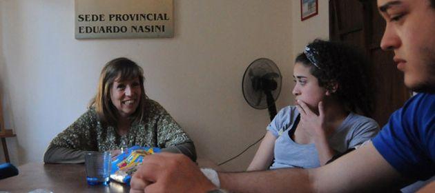 Emilce Moler (al pie de la mesa) en charla con un grupo de jóvenes militantes de la UES. (Foto: M. Sarlo)