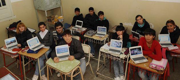 Los alumnos de la Técnica Nº 656 aprovecharon sus nets para diseñar un blog sobre violencia de género. (Foto: S. Salinas)
