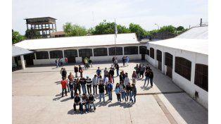 Estudiantes y profesores en el patio de la secundaria de Ayolas y Grandoli. (Foto: M. Sarlo)