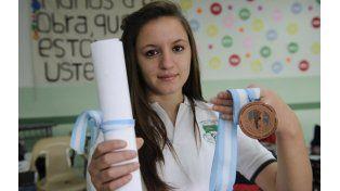 Daiana Marino muestra su medalla y diploma alcanzados en el desafío nacional. (Foto: S. Suarez Meccia)
