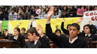 Más de 300 estudiantes debatieron por la no violencia en el Concejo Municipal.