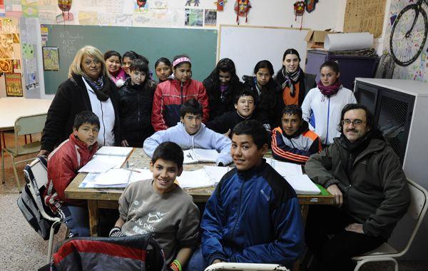 La directora Donnarumma (a la derecha) junto al grupo de chicos y maestros de 7º grado. Tienen mucho por contar. (Foto: A. Amaya)