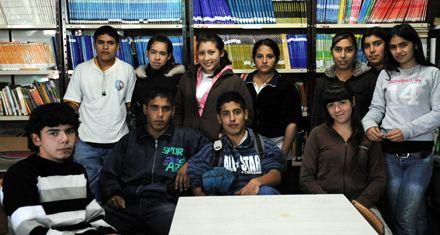 Adolescentes que hacen de mozos, limpian y abrazan el secundario