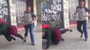 Así empujaban por la espalda a un hombre en situación de calle.