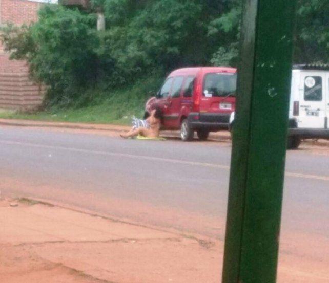 Una mujer se desnudó en el medio de la calle para que su novio cambie de idea