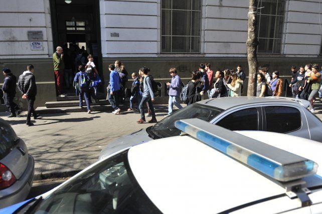 Las falsas amenazas en los colegios conllevan un despliegue de fuerzas de seguridad.