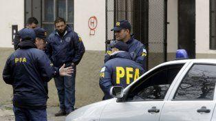 In fraganti. Efectivos de la policía Federal frente al comercio asaltado.