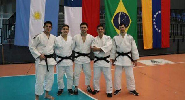 En el podio . Los cinco judocas de la Santafesina