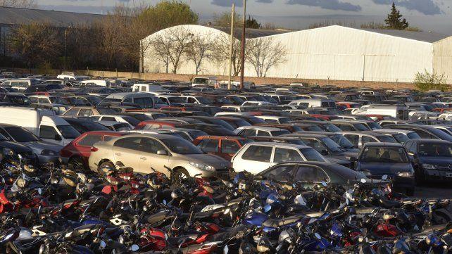 Cientos de vehículos esperan que sus dueños cancelen multas y retirarlos del corralón.