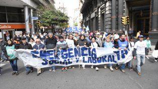 La columna de las organizaciones sociales marcha por calle Sarmiento hacia el Monumento a la Bandera.