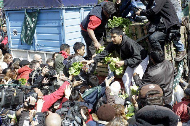 Los productores regalaron verduras en la Plaza de Mayo.