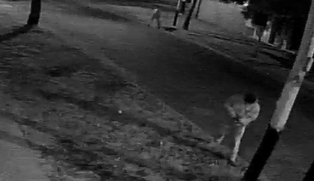 Una cámara de seguridad registró la secuencia de cuando un ladrón balea a un hombre para robarle