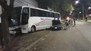 Un chofer de Central Alcorta se descompensó, chocó dos autos y se estrelló contra la pared