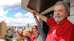 En la mira. Lula junto a su esposa Marisa Lericia y Dilma Rousseff saludan a simpatizantes en marzo en San Pablo.