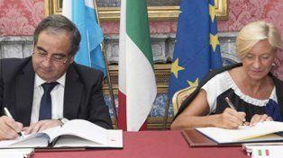 Rúbrica. El ministro Martínez firma el convenio marco con su par italiana Roberta Pinotti.