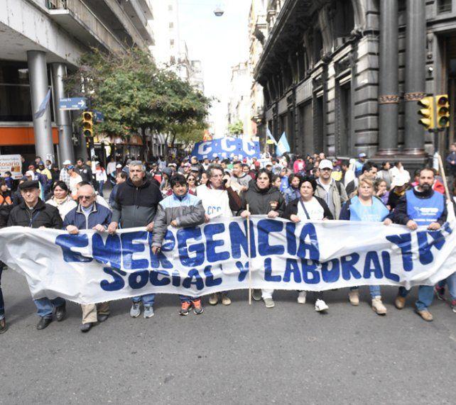 En la calle. Las organizaciones sociales protestaron contra la crisis.