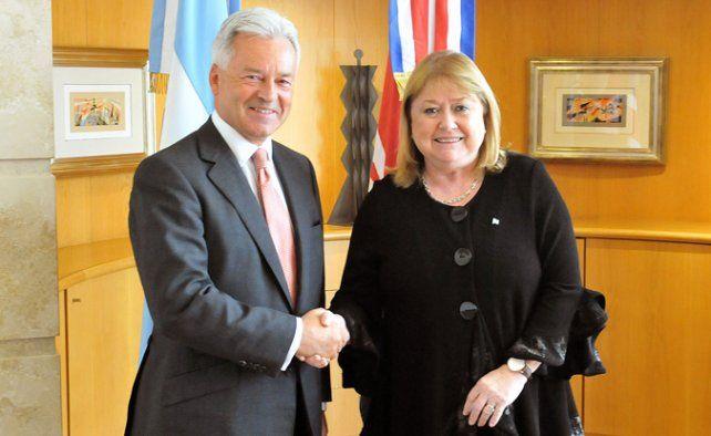 Nuevo rumbo. El vicecanciller británico y Malcorra refrendaron el pacto.