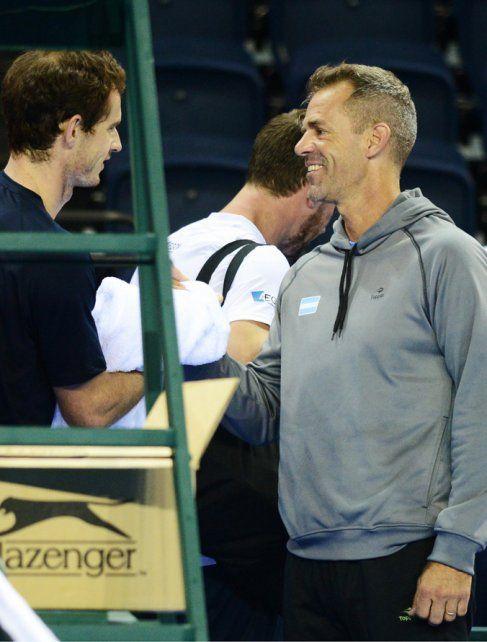 Saludo. Daniel Orsanic le tiende la mano al campeón olímpico Andy Murray