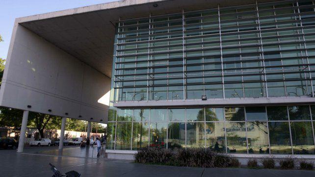 El Hospital de Emergencias Clemente Alvarez. La víctima está internada en estado reservado.
