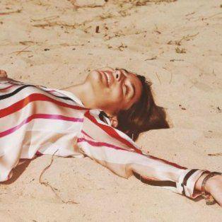 calu rivero movio su cuerpo con sutileza en un video desde la cama con alta sensualidad