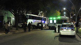 El ómnibus de la empresa Central Alcorta terminó chocando contra el frente de una playa de estacionamiento.