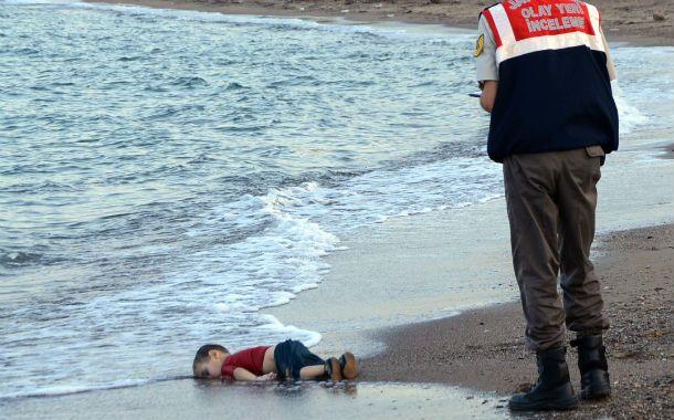 Desgarrador. El niño sirio que apareció muerto en la costa turca. Una imagen que tiene que generar la reacción del mundo entero.