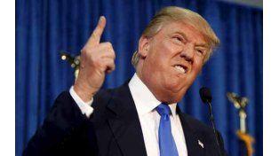 """Donald Trump. Con un gesto y su típico """"you're fired!"""" (está despedido) parece hablarle a los inmigrantes ilegales."""