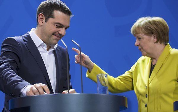 Dedo levantado. La canciller alemana Angela Merkel parece advertirle al premier griego Alexis Tsipras que debe someterse al ajuste.
