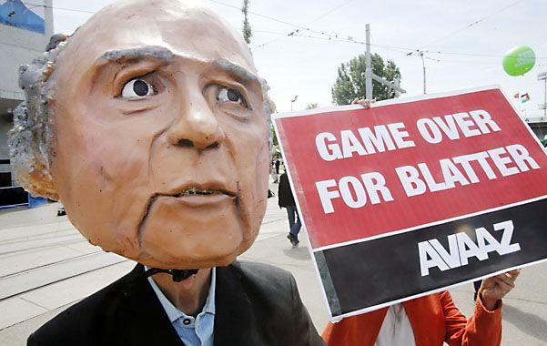 Se terminó el juego. El ahora ex presidente de la FIFA no pudo despegarse del escándalo y debió irse.