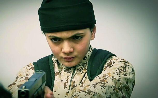 No es de juguete. El chico francés de 12 años que aparece en el video disparando a un joven acusado de espía.