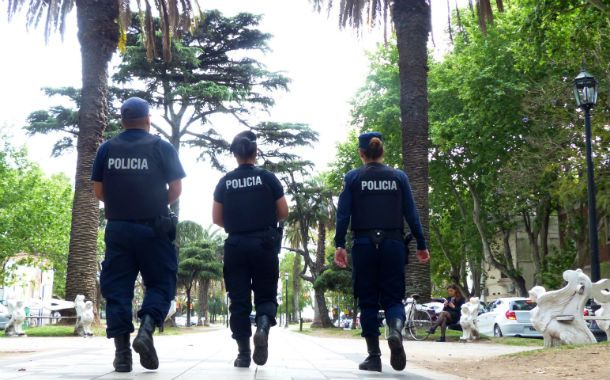 Trío de policías patrullan bulevar Oroño.