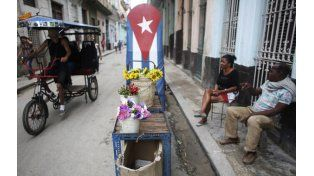 pobreza. Un bicitaxi y un vendedor de flores en La Habana. La precariedad de medios evidencia la falta de capitales.