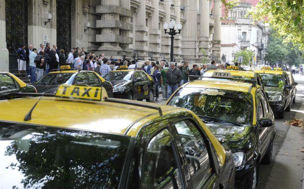 Protesta. Taxistas protestan frente a la Gobernación