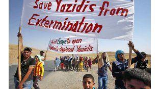 Pedido desesperado. Familias yazidíes escapan a pie de una muerte segura y reclaman ayuda para que no las exterminen.