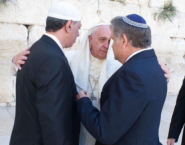 Francisco junto al líder musulmán Omar Abboud y al rabino Abraham Skorka frente al Muro de los Lamentos